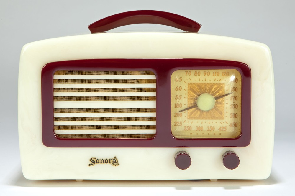 "Catalin Sonora Radio KM ""Coronet"" in Alabaster + Plum"