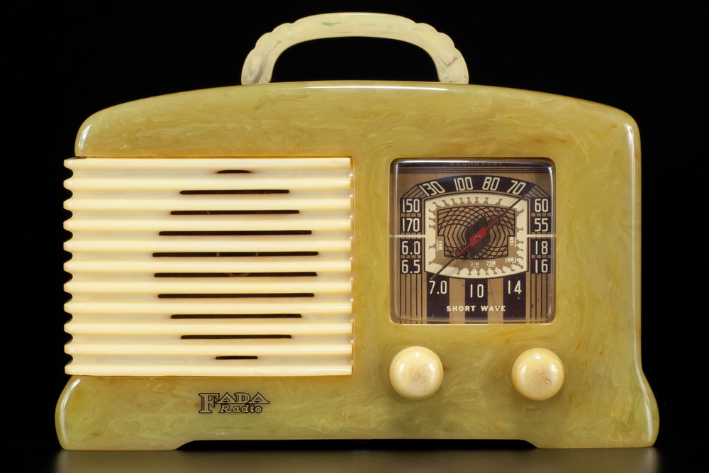 FADA SW-57 / L-56 Catalin Radio in Onyx + Alabaster - Great Deco Design