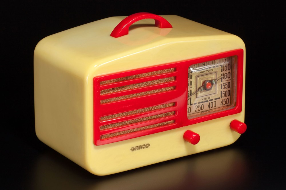 Garod 1450 Catalin 'Peak-Top' Radio in Yellow + Red